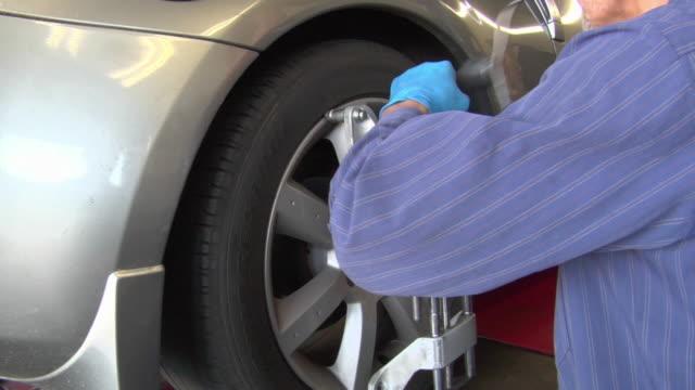 MS PAN Mechanic working at car wheel / Los Angeles, California, USA
