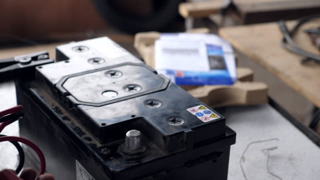mechanic working car batteriunderhåll - batteri bildbanksvideor och videomaterial från bakom kulisserna
