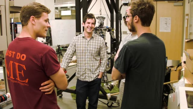 stockvideo's en b-roll-footage met mechanical and electrical engineering students from team valor build and test the escher they are building for the defense advanced research projects... - ministerie van defensie