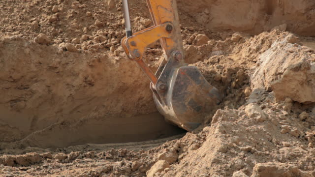 vidéos et rushes de mechanical digger digging, delhi, india - creuser