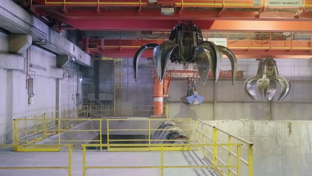 廃棄物管理施設での機械グラバーの活動 - リサイクル工場点の映像素材/bロール