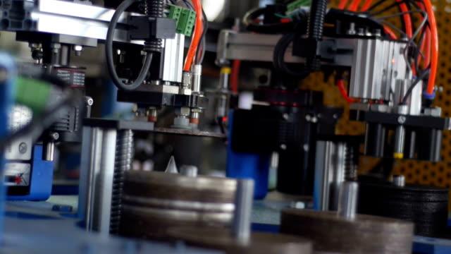 Mechanische hand grijpen schijf in productie workshop