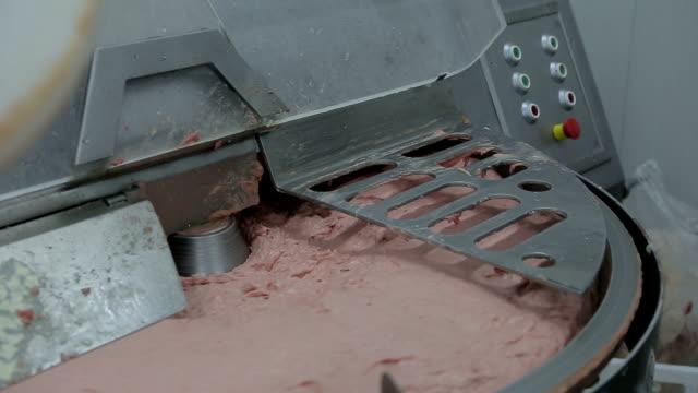 mechanisch getrennt fleisch in der fabrik - kalbfleisch stock-videos und b-roll-filmmaterial