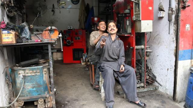 mechanics at work - un giorno nella vita video stock e b–roll
