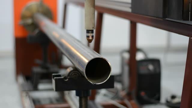 vidéos et rushes de mécanisme de machine de découpe laser - pince à papier