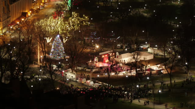 med wide aerial tl stage of christmas tree lighting ceremony in boston common shortly after show. - クリスマスツリー点灯式点の映像素材/bロール