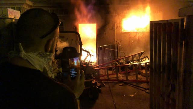 media capture a fire burning in a building not far from demonstrators gathering near the white house to protest the killing in minneapolis of george... - ひざまずく点の映像素材/bロール