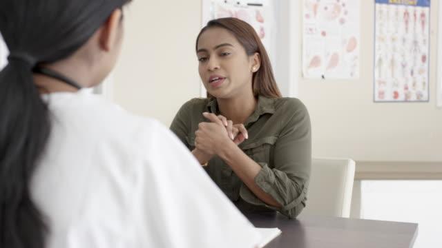 vidéos et rushes de rendez-vous médical avec le docteur féminin - confusion