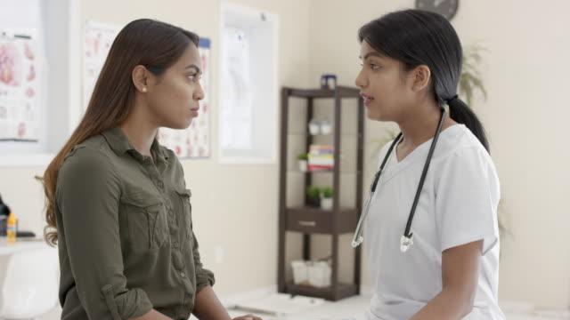 stockvideo's en b-roll-footage met medische afspraak met vrouwelijke arts - verslaving