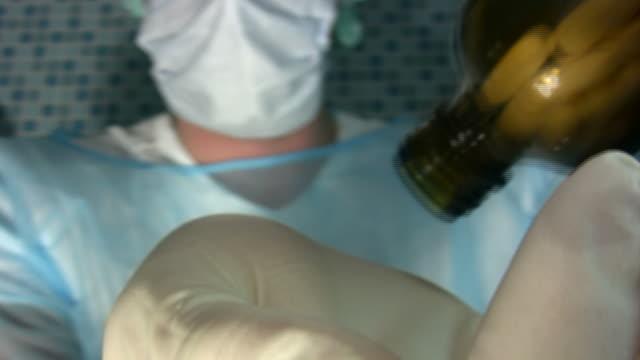 vidéos et rushes de bouteille de pilules médicales - prophylaxie