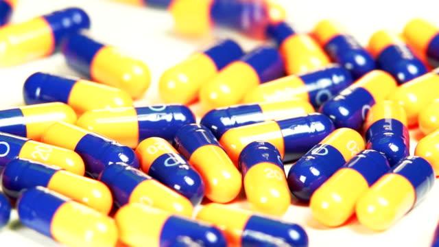 Medizinische Kapseln herunterfallen auf Tisch SLO MO
