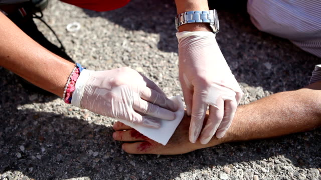 stockvideo's en b-roll-footage met medical emergency team first aid at street accident - eerste hulp
