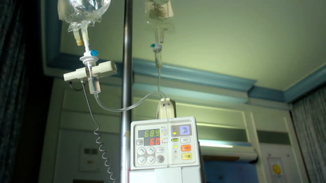 vidéos et rushes de medical perfusion intraveineuse travaillant à l'hôpital - veine humaine