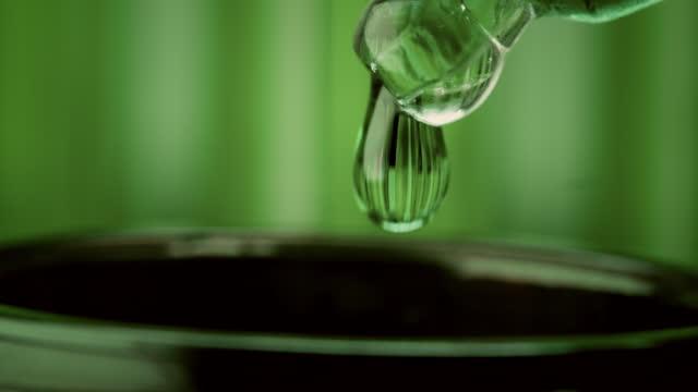 vidéos et rushes de recherche sur la marijuana médicale. préparation de l'huile pharmaceutique de cbd. gouttelette tombante - écosystème