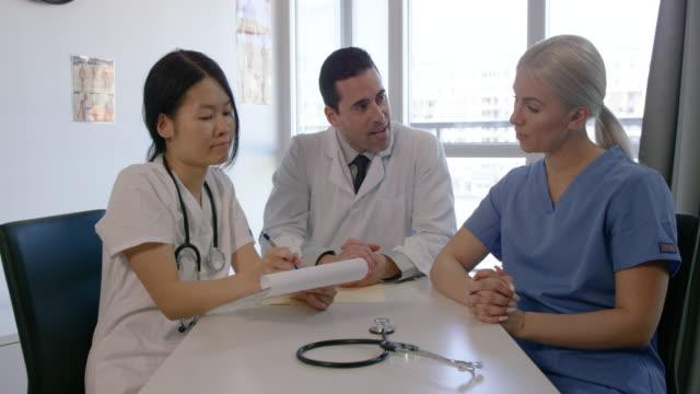 medizinisches treffen - rettungsdienst mitarbeiter stock-videos und b-roll-filmmaterial