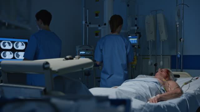 ds medico infermiere controllo paziente terapia intensiva - reparto di terapia intensiva video stock e b–roll
