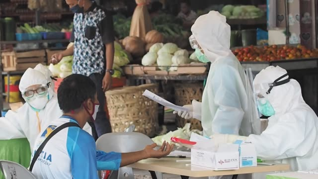 medical officers conducted a covid19 rapid test of a number of traders in pasar botania 2 batam riau islandsindonesia on may 15 2020 this inspection... - indonesia stock videos & royalty-free footage