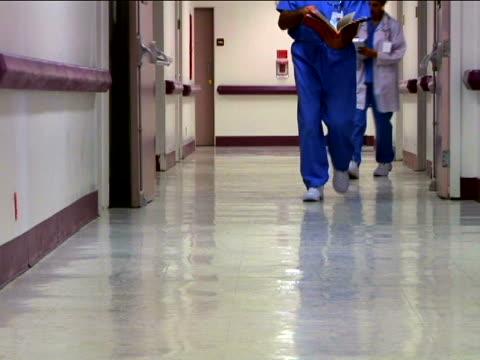 vidéos et rushes de medical personnel and patient - infirmière