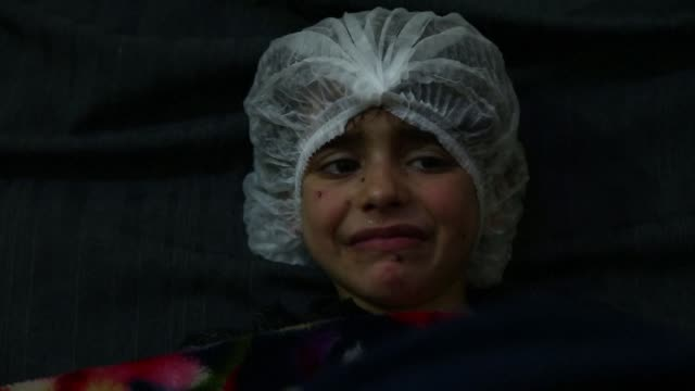 stockvideo's en b-roll-footage met medical personnel on thursday continued to treat children wounded in the rebel held enclave of eastern ghouta talking of the difficult conditions... - lichamelijk letsel