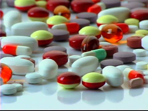 vídeos de stock, filmes e b-roll de medical pills - enfoque de objeto sobre a mesa