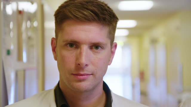 vídeos y material grabado en eventos de stock de profesional médico de pie en el pasillo del hospital - bata de laboratorio