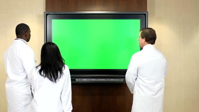 医療スタッフをモニタ画面にクロマキー - 登山用ストック点の映像素材/bロール
