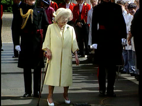 medical records/security arrangement documents found lib london clarence house queen mother queen standing with prince william prince harry prince... - queen dowager bildbanksvideor och videomaterial från bakom kulisserna