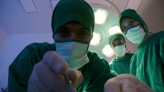 vídeos y material grabado en eventos de stock de quirófano médico especialista - cirugía plástica