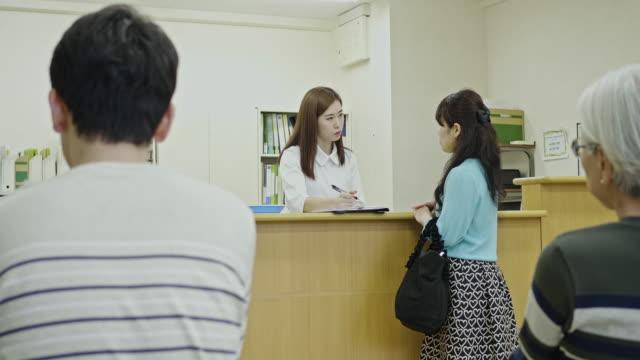 看護師ステーションで日本人女性を支援する医療スタッフ - 仕事の山点の映像素材/bロール