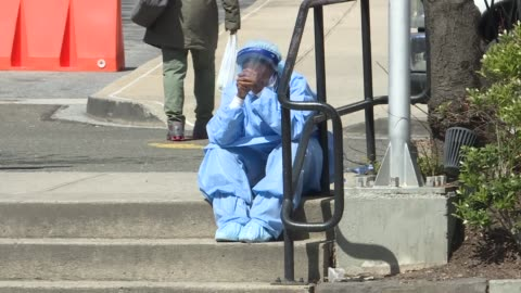 medical staff help a suspected covid-19 patient who was fainted as she walked out of the brooklyn hospital center in new york, united states on april... - covid 19 個影片檔及 b 捲影像