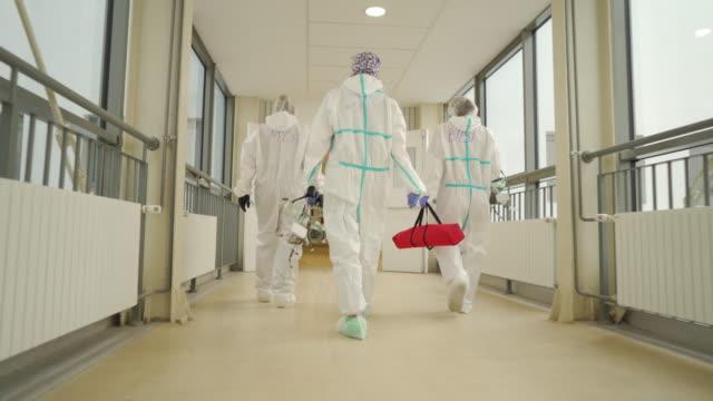 vídeos y material grabado en eventos de stock de personal médico en trajes de protección - trabajador de primera línea