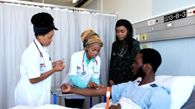 vidéos et rushes de pratique des étudiants en médecine sur un bras de patients - chambre d'hôpital