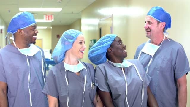 vidéos et rushes de équipe médicale dans le couloir d'hôpital - infirmier