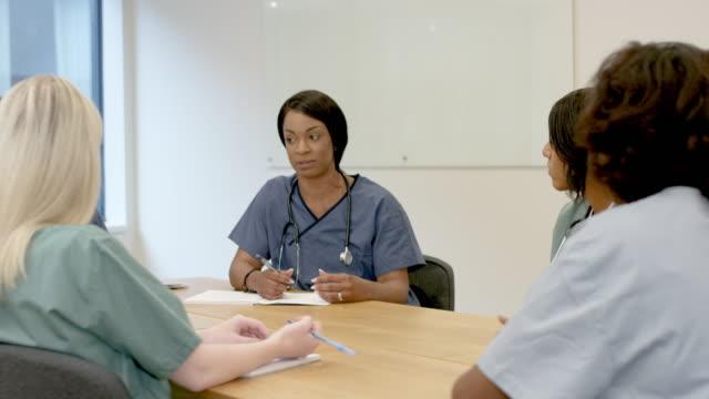 vídeos de stock, filmes e b-roll de equipe médica na reunião - sala de conferência