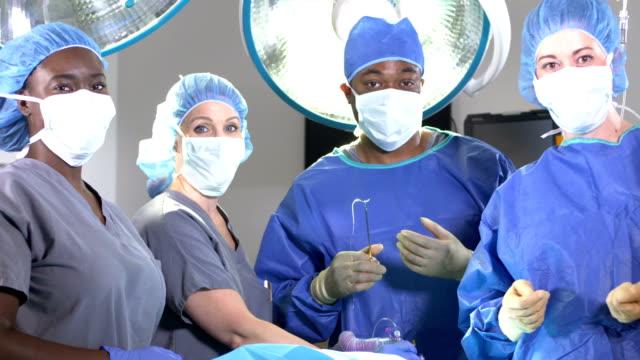 vidéos et rushes de équipe médicale dans la salle d'opération - infirmier