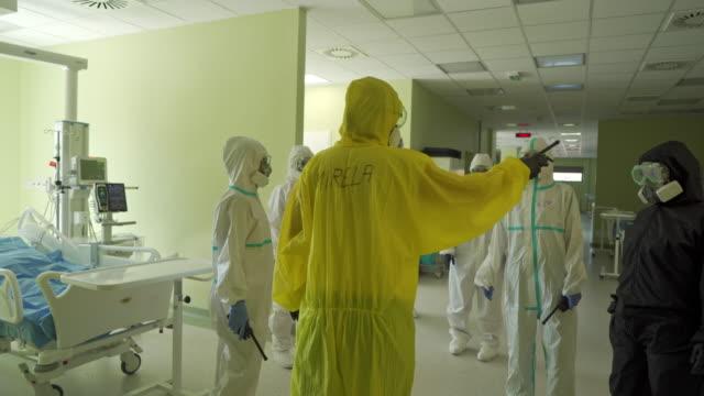 vídeos y material grabado en eventos de stock de equipo médico se está preparando para una nueva batalla contra el virus corona - trabajador de primera línea