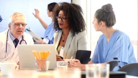 vidéos et rushes de réunion de l'équipe médicale et l'administrateur - métier de la vente