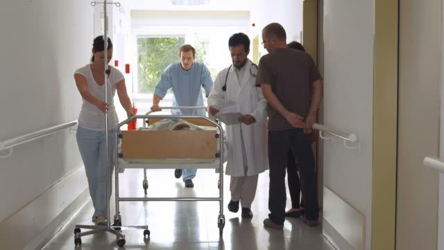 hd: medizinischer teams und patienten, die auf einem gurney - subjektive kamera blickwinkel aufnahme stock-videos und b-roll-filmmaterial