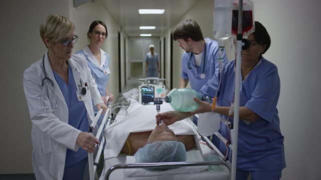 ds medical team överför manuellt ventilerade patienten eller - syrgasmask bildbanksvideor och videomaterial från bakom kulisserna
