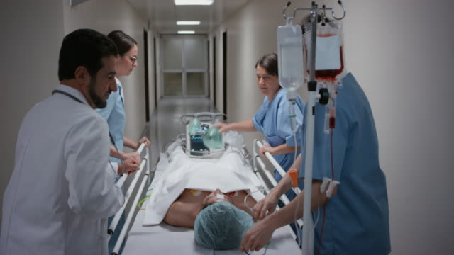 vídeos de stock e filmes b-roll de ds equipa médica transportar o paciente em corredor a sala de operações - equipamento respiratório