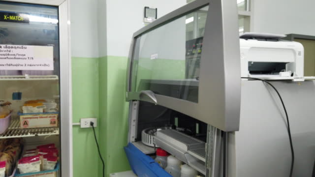 vídeos de stock e filmes b-roll de medical technologists are using blood analysis machine in the blood donation room. - higiene