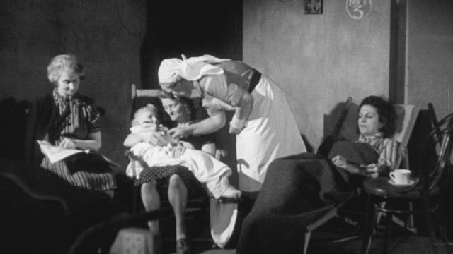 vidéos et rushes de 1942 montage medical workers treating air raid victims at first aid post in world war ii / bristol, england, united kingdom - fondu de fermeture