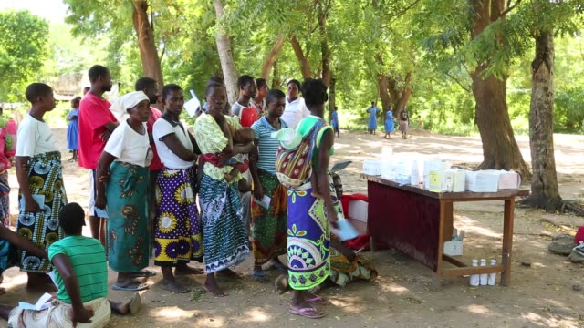 medicin sans frontieres clinic in makhanga testing local people, many of whom now have malaria, as a result of the drying up flood waters providing... - pianificazione di emergenza video stock e b–roll