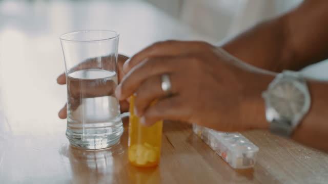 stockvideo's en b-roll-footage met medicinale hulp in een fles - chronische ziekte