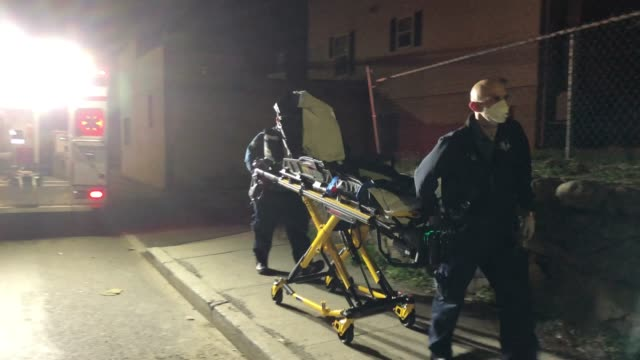 medics arrive to stamford hospital with a patient with possible covid19 symptoms on april 03 2020 in stamford connecticut in normal times many... - eventuell stock-videos und b-roll-filmmaterial