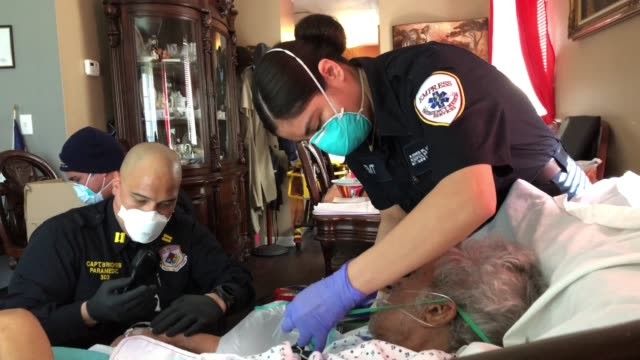 vidéos et rushes de medics wearing personal protective equipment , intubate a gravely ill patient with covid-19 symptoms at his home on april 06, 2020 in yonkers, new... - secouriste