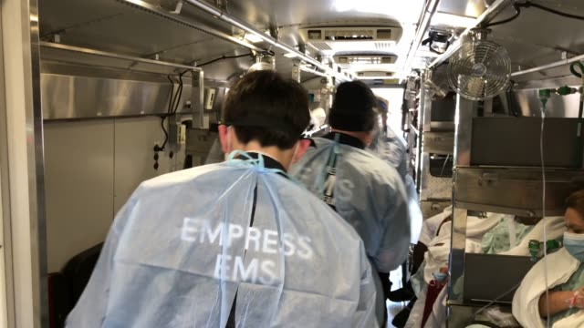 medics wearing personal protective equipment unload covid19 patients arriving to the montefiore medical center moses campus on april 07 2020 in the... - emt unloading stock videos & royalty-free footage