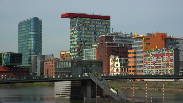 medienhafen, düsseldorf, north rhine westphalia, germany - デュッセルドルフ点の映像素材/bロール