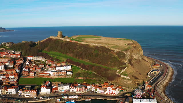vídeos y material grabado en eventos de stock de medieval castle, harbour & north sea, scarborough, north yorkshire, england - scarborough reino unido