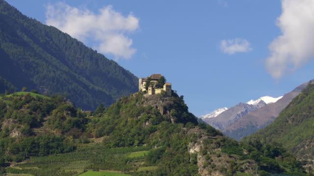 中世の城の上にアルプス山のパン
